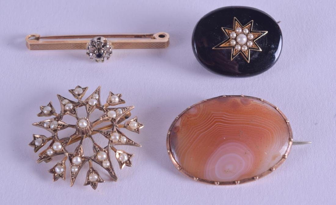 A LATE VICTORIAN SCOTTISH GOLD AND AGATE BROOCH
