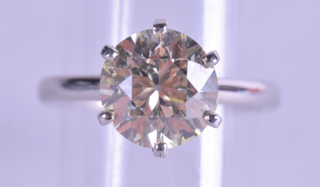 A FINE ANTIQUE PLATINUM AND DIAMOND SOLITAIRE RING of