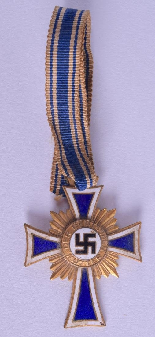 A 1930S GERMAN YELLOW METAL AND ENAMEL MEDAL. 3.5 cm x