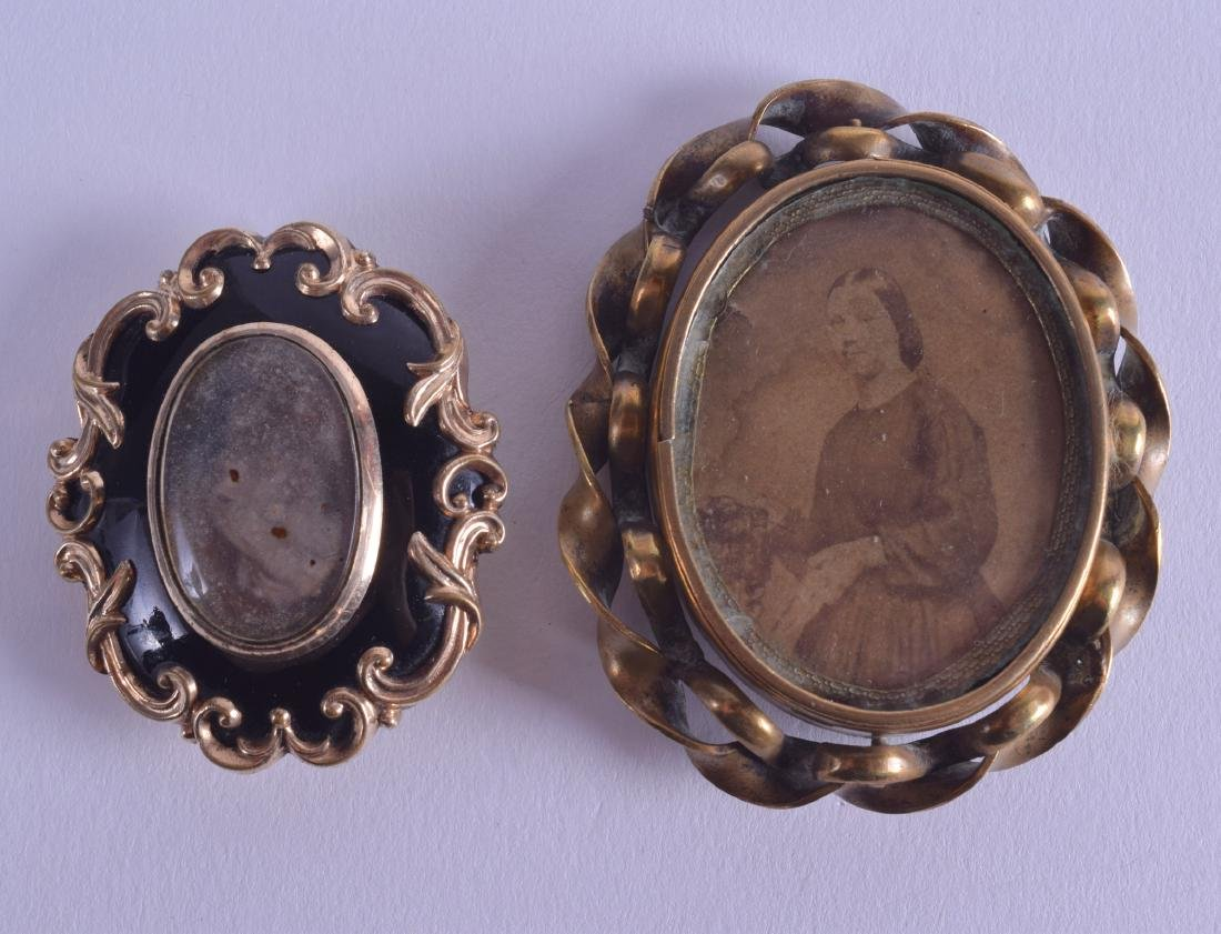 A VICTORIAN YELLOW METAL BROOCH with agate back,