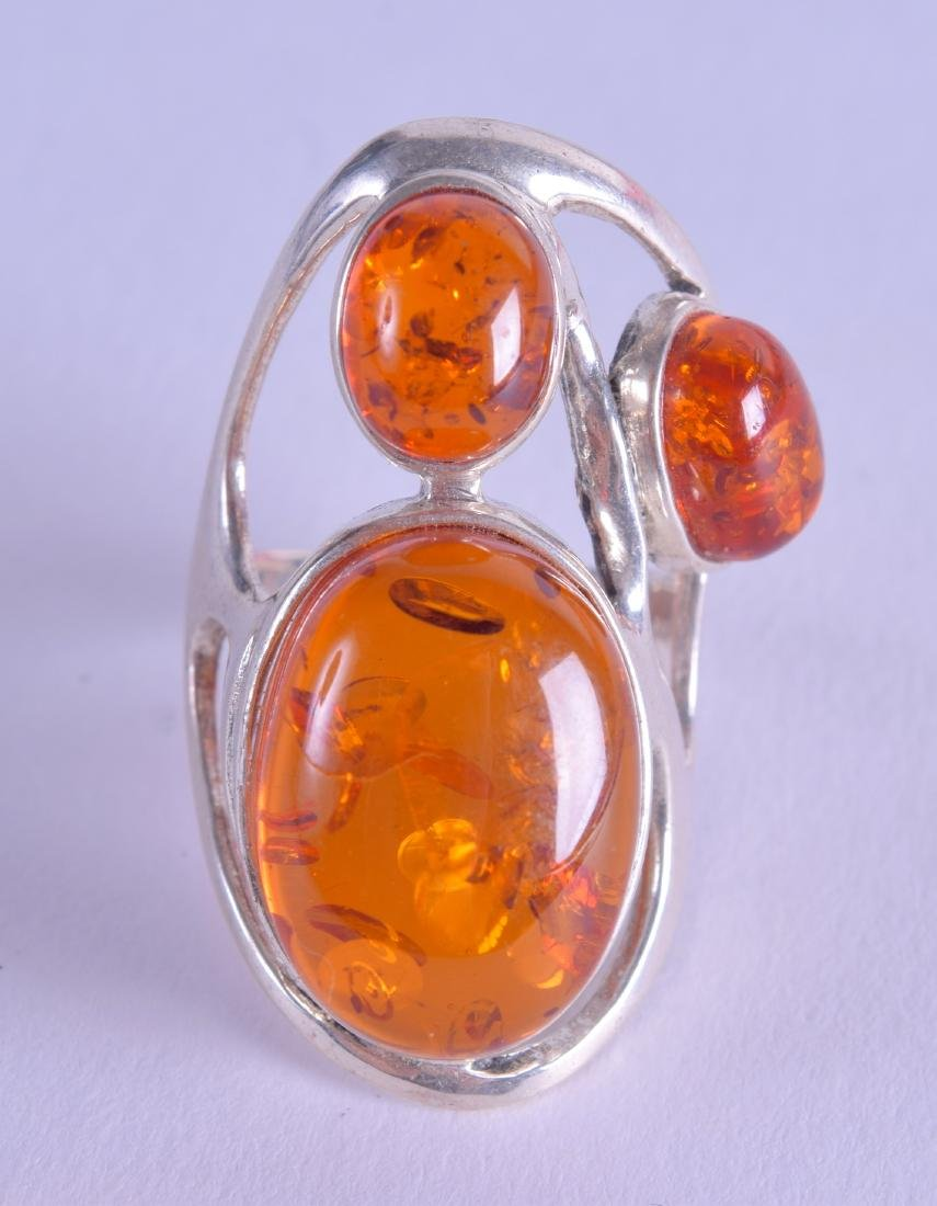 A SILVER AND AMBER RING.