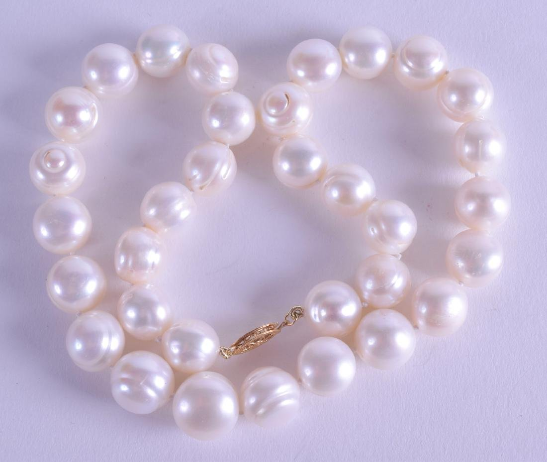 A GOLD AND PEARL NECKLACE.