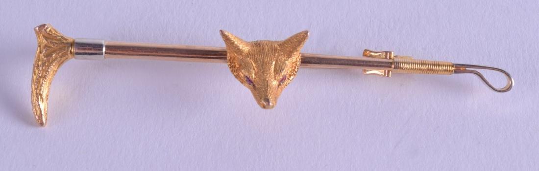 AN EDWARDIAN 9CT GOLD FOX HEAD AND RIDING CROP BAR