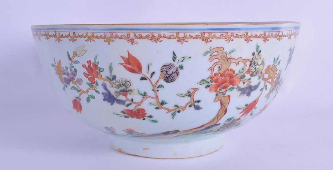 AN EARLY 18TH CENTURY CHINESE FAMILLE VERTE BOWL