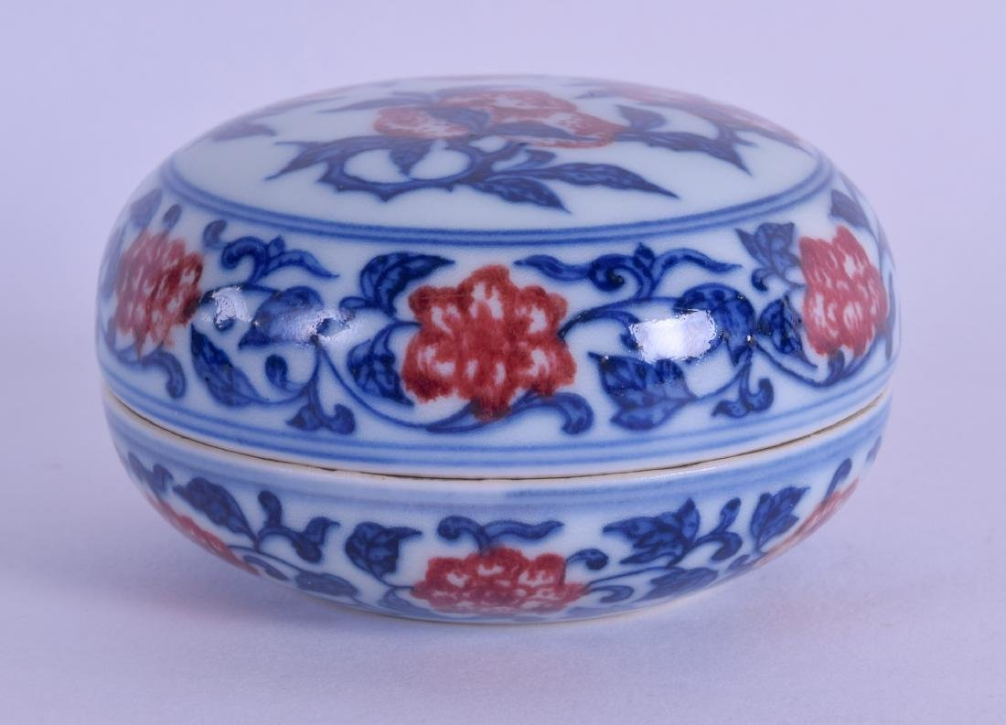 AN UNUSUAL CHINESE BLUE AND WHITE ROUGE BOX AND COVER