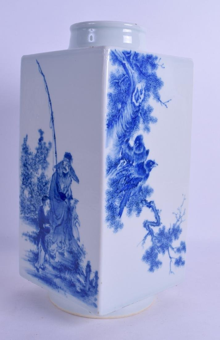 A GOOD CHINESE BLUE AND WHITE PORCELAIN KONG VASE