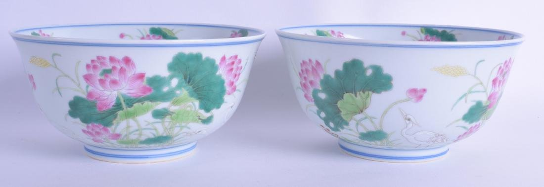 A GOOD PAIR OF CHINESE FAMILLE ROSE PORCELAIN BOWLS