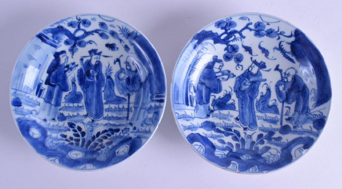 A PAIR OF 18TH CENTURY CHINESE BLUE AND WHITE DISHES