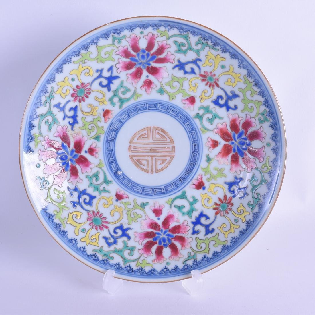 AN 18TH CENTURY CHINESE FAMILLE ROSE PORCELAIN SAUCER