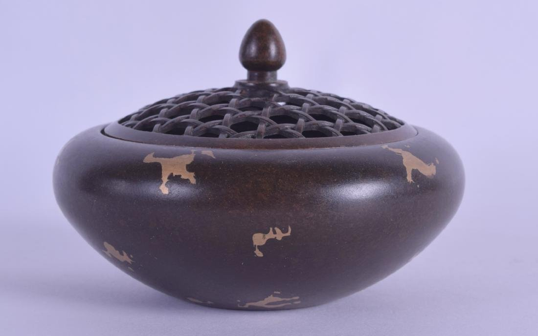 A SMALL CHINESE GOLD SPLASH CENSER AND COVER with open