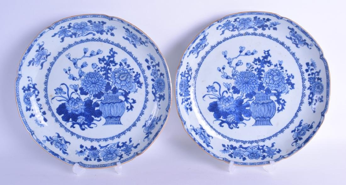 A PAIR OF 18TH CENTURY CHINESE EXPORT BLUE AND WHITE