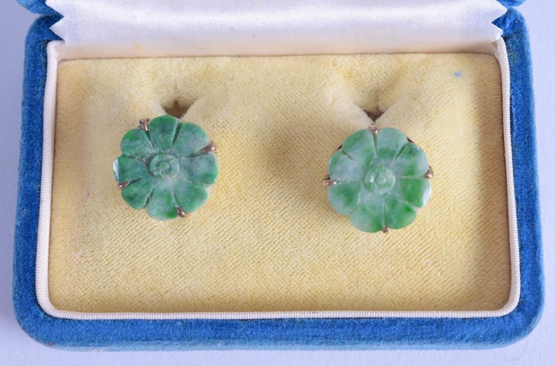 A PAIR OF EARLY 20TH CENTURY CHINESE GOLD AND JADEITE