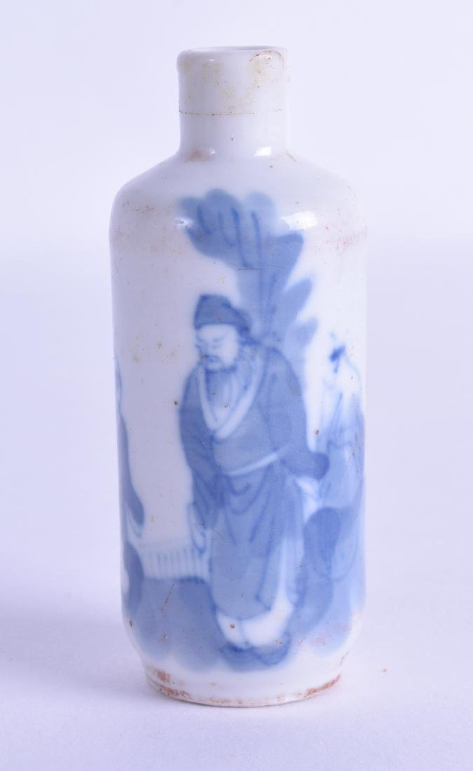 A 19TH CENTURY CHINESE BLUE AND WHITE PORCELAIN SNUFF