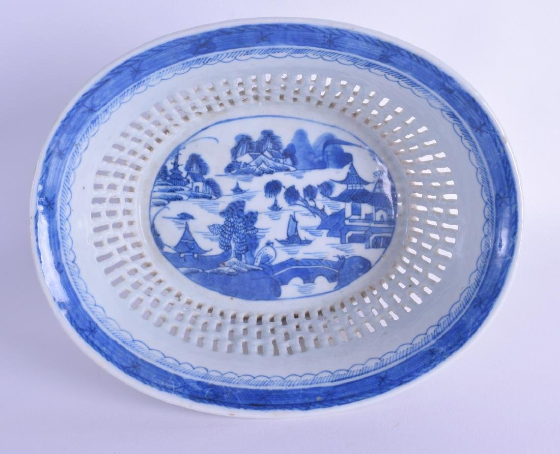 AN 18TH/19TH CENTURY CHINESE BLUE AND WHITE RETICULATED
