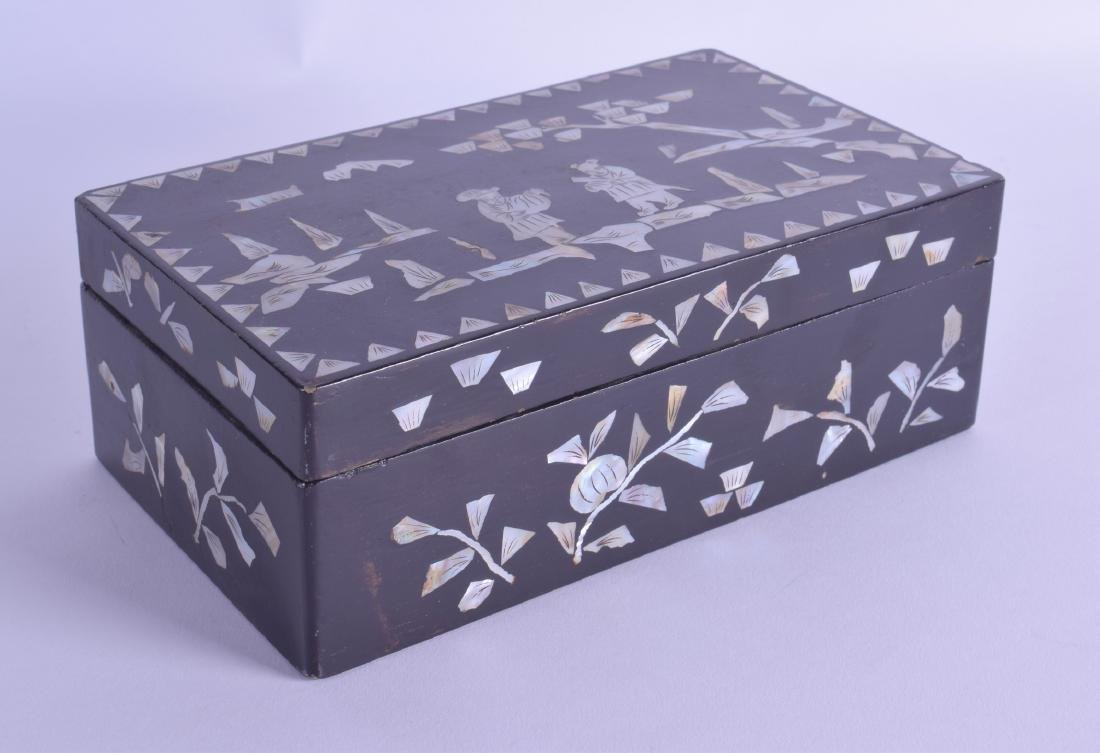 AN EARLY 20TH CENTURY CHINESE CARVED AND LACQUERED BOX