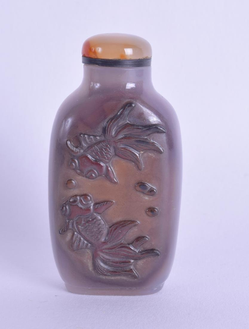 AN EARLY 20TH CENTURY CHINESE CARVED AGATE SNUFF BOTTLE