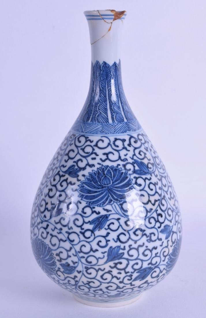 AN 18TH CENTURY CHINESE BLUE AND WHITE BULBOUS VASE