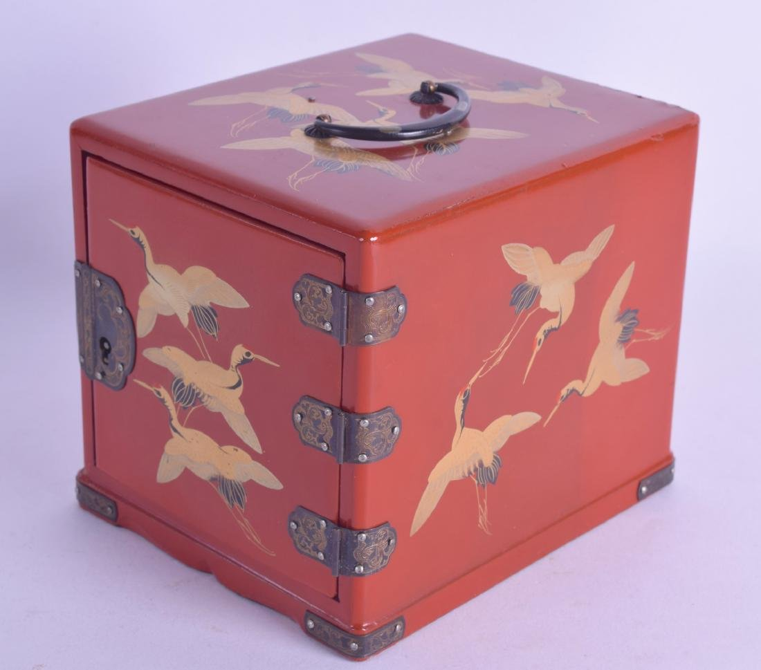 AN EARLY 20TH CENTURY JAPANESE MEIJI PERIOD RED LACQUER