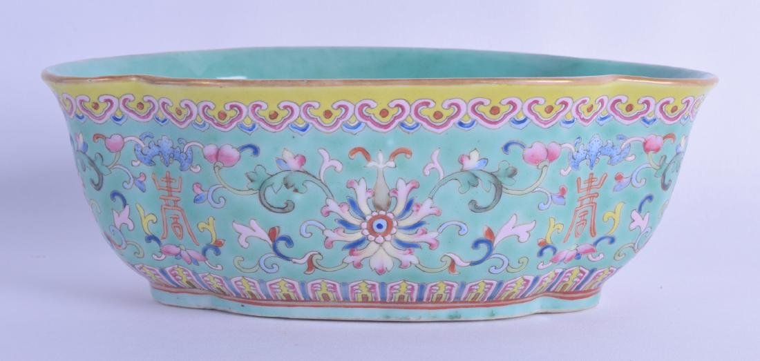 A GOOD 19TH CENTURY CHINESE PORCELAIN FAMILLE ROSE DISH