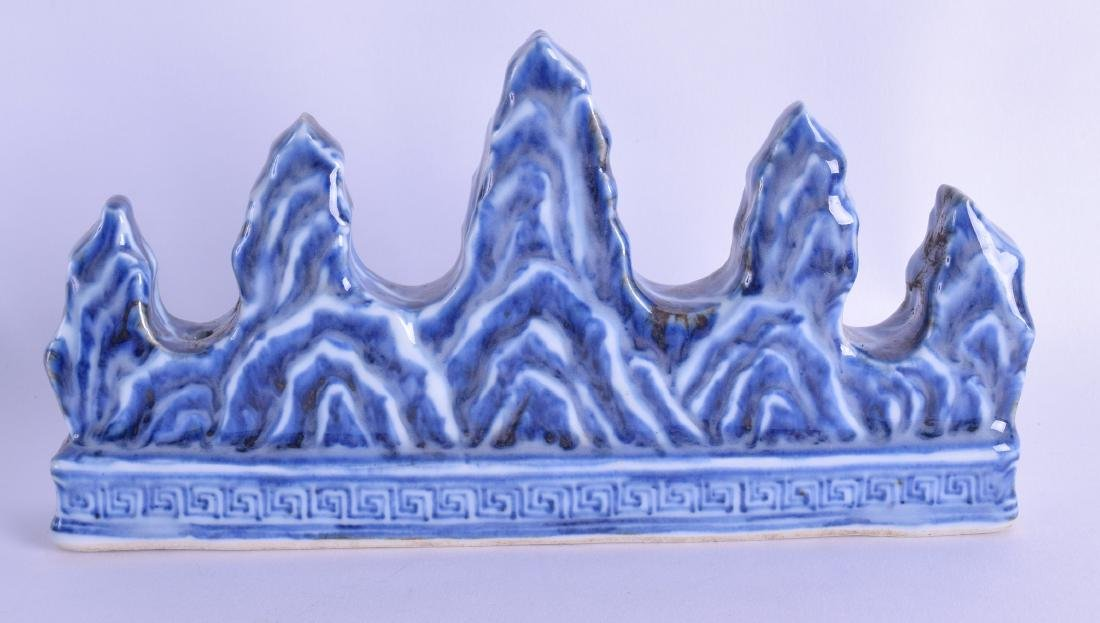 A CHINESE QING DYNASTY BLUE AND WHITE PORCELAIN
