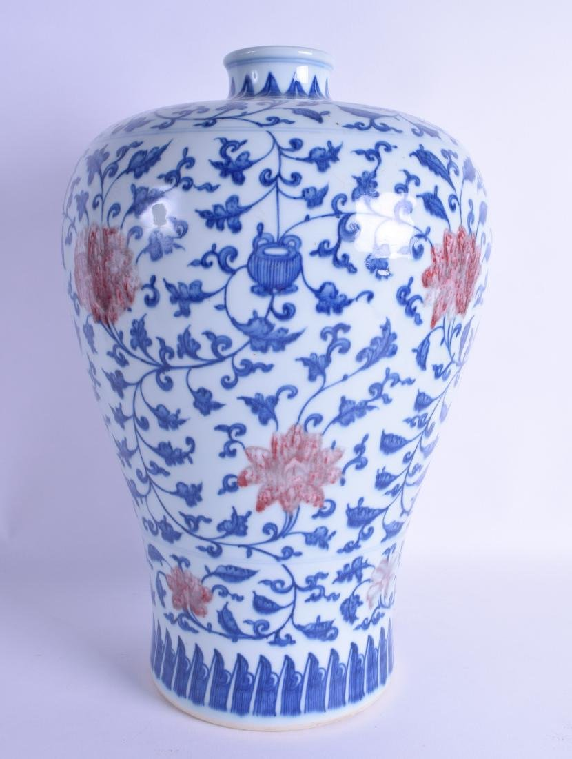A LARGE CHINESE BLUE AND WHITE PORCELAIN MEIPING VASE