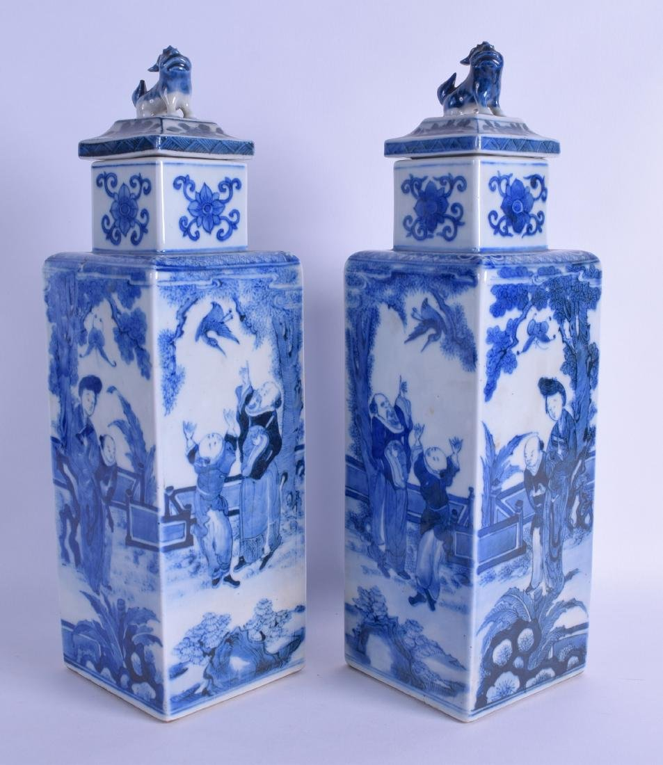 A PAIR OF CHINESE QING DYNASTY BLUE AND WHITE PORCELAIN