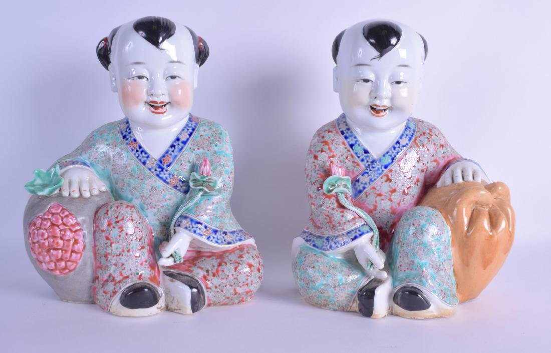 A PAIR OF CHINESE FAMILLE ROSE PORCELAIN FIGURES