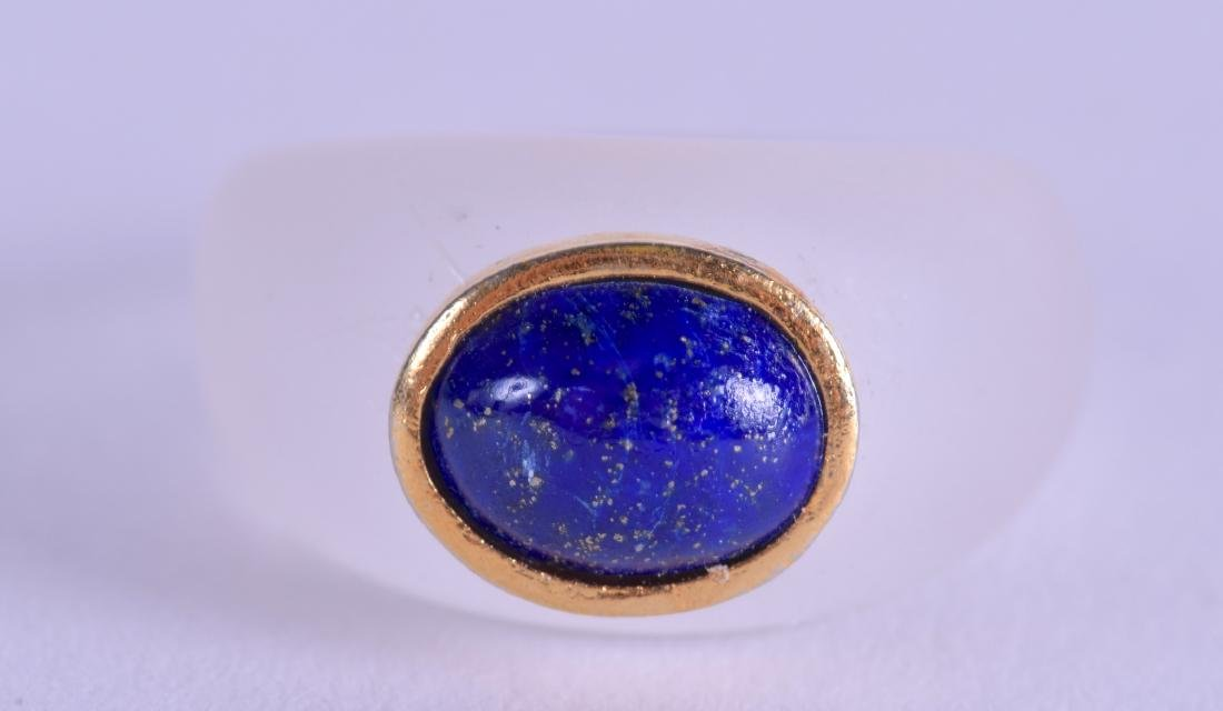 A CHINESE GOLD CRYSTAL AND LAPIS LAZULI RING.