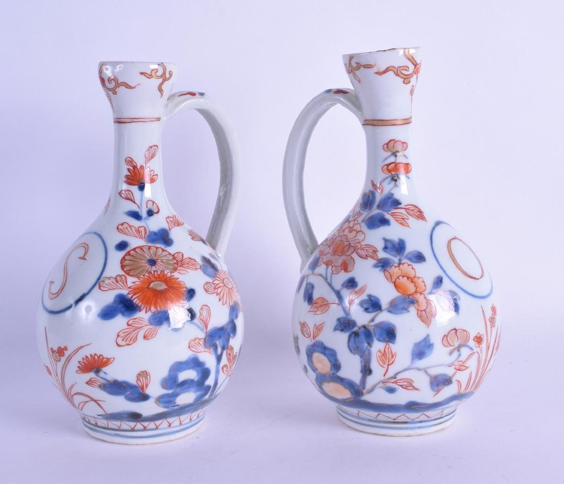 A PAIR OF 18TH CENTURY CHINESE IMARI PORCELAIN JUGS