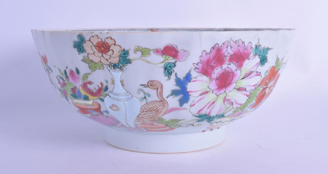 AN 18TH CENTURY CHINESE EXPORT FAMILLE ROSE SCALLOPED