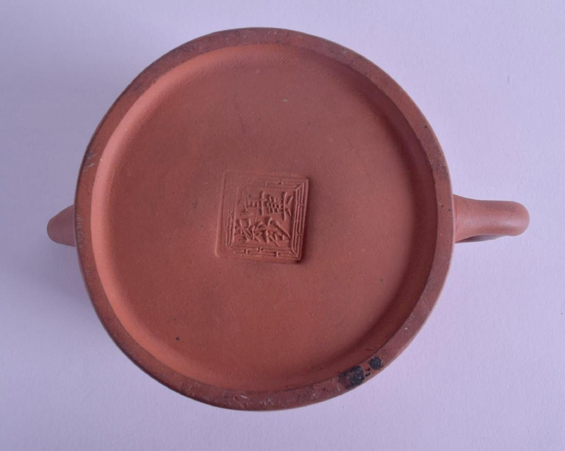 A CHINESE QING DYNASTY YIXING POTTERY TEAPOT AND COVER - 3