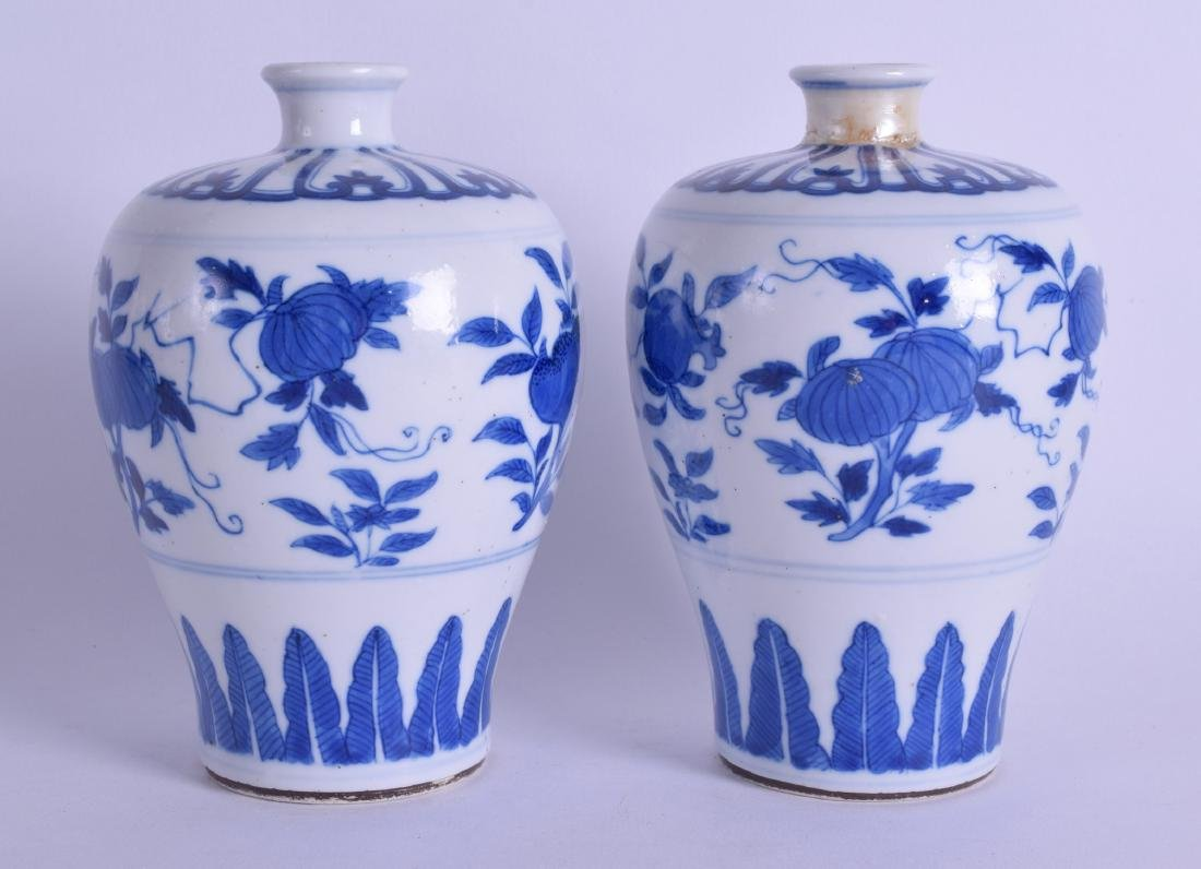 A PAIR OF 18TH CENTURY CHINESE MING STYLE MEIPING - 2