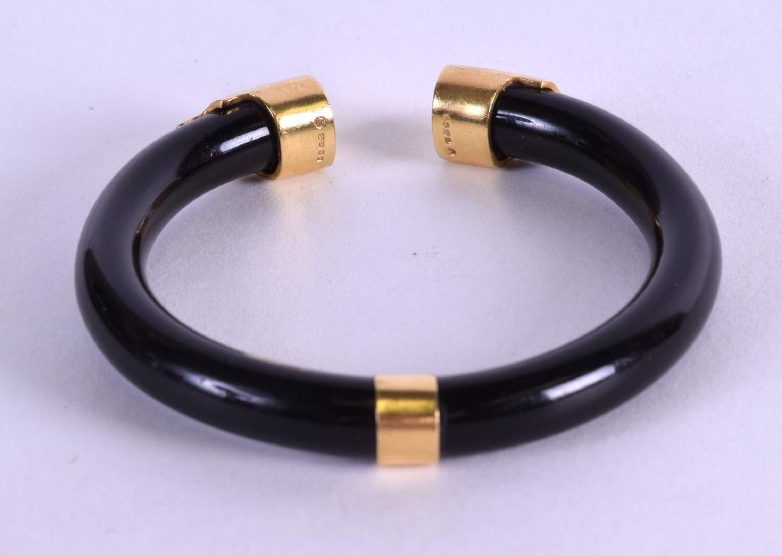 A GOOD 18CT GOLD AND HORN BRACELET. 8.5 cm wide.