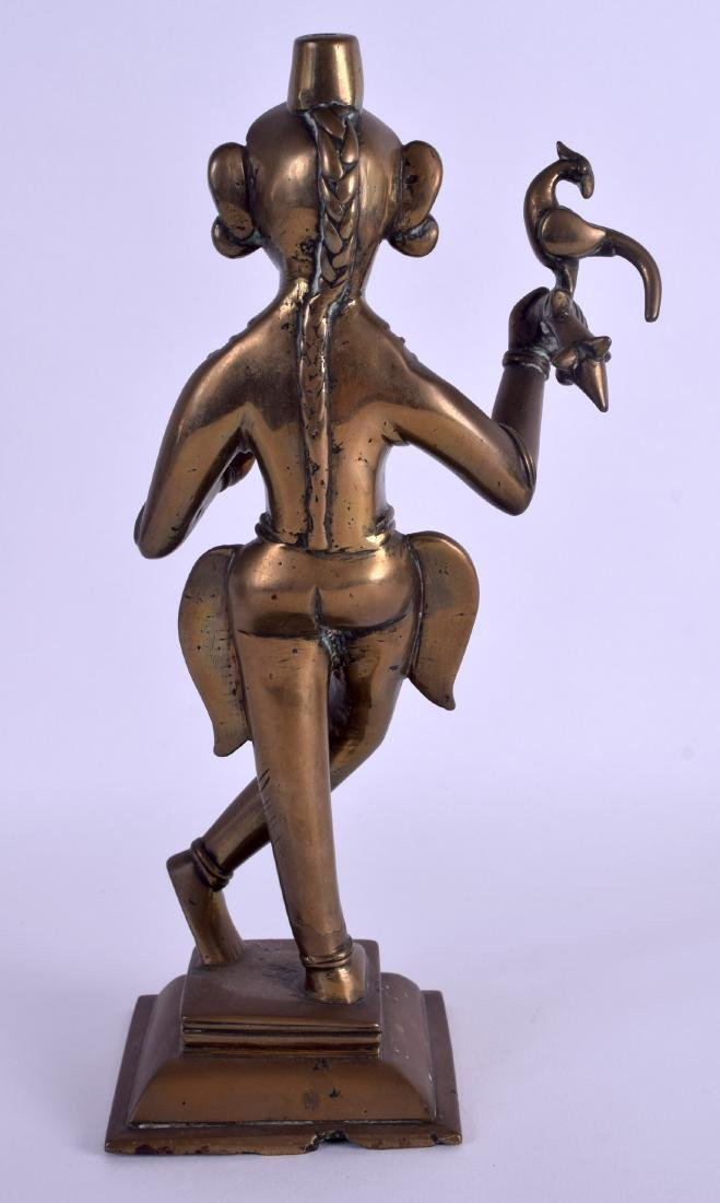 AN 18TH CENTURY INDIAN BRONZE FIGURE OF A STANDING - 2