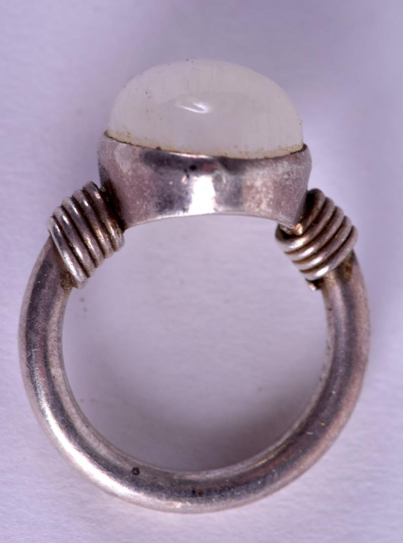 AN EARLY 20TH CENTURY CONTINENTAL SILVER AND OPAL RING. - 2