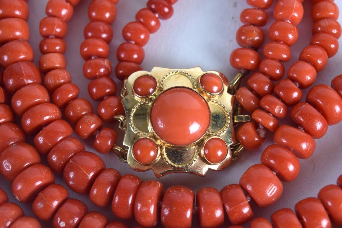 AN 18CT GOLD AND RED CORAL NECKLACE with coral inset - 2