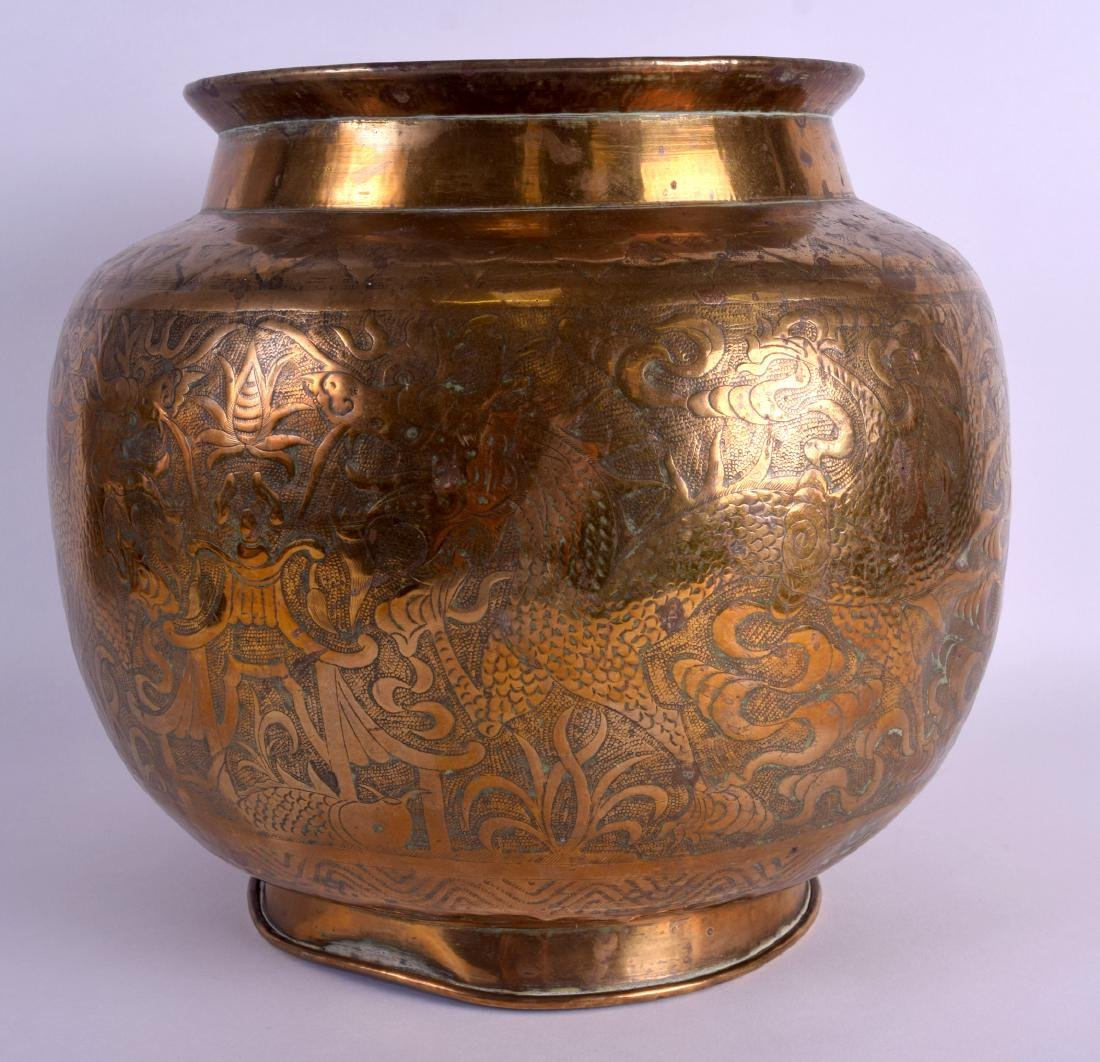 A LARGE 19TH CENTURY CHINESE BULBOUS ENGRAVED BRASS - 2
