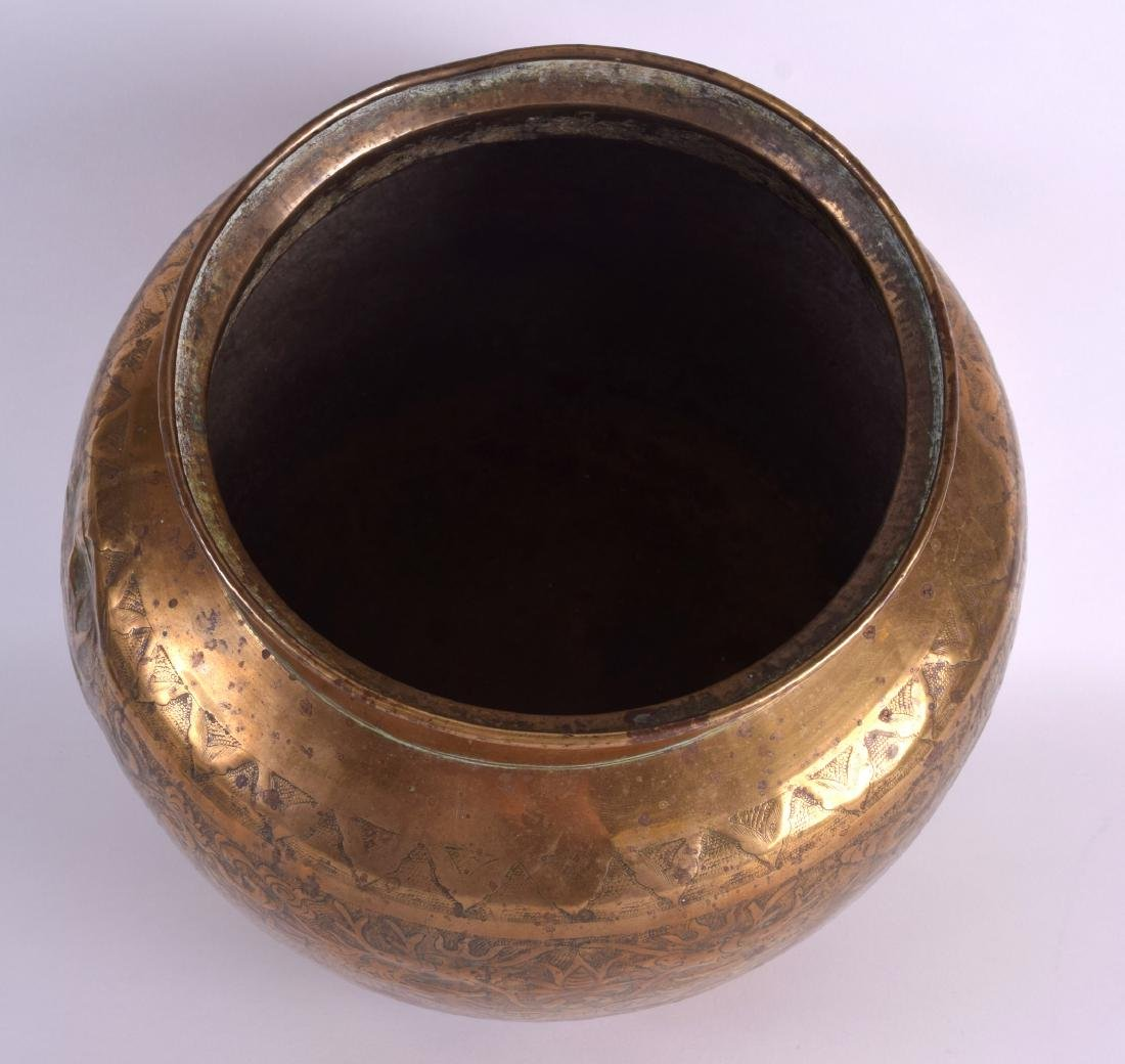 A LARGE 19TH CENTURY CHINESE BULBOUS ENGRAVED BRASS - 4