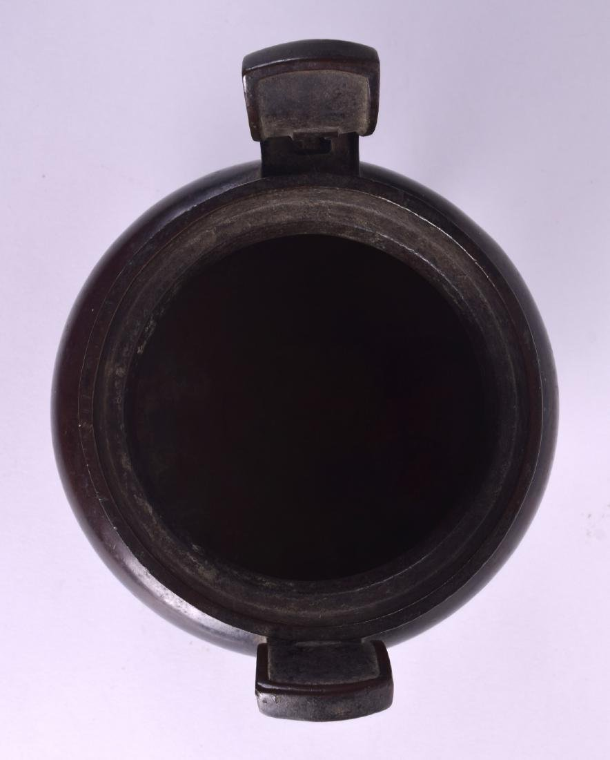 A 17TH/18TH CENTURY CHINESE TWIN HANDLED BRONZE CENSER - 5