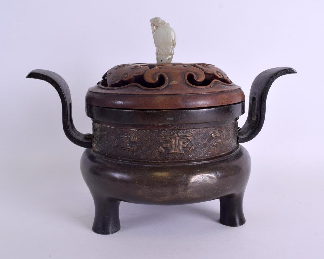 A 17TH/18TH CENTURY CHINESE TWIN HANDLED BRONZE CENSER - 3