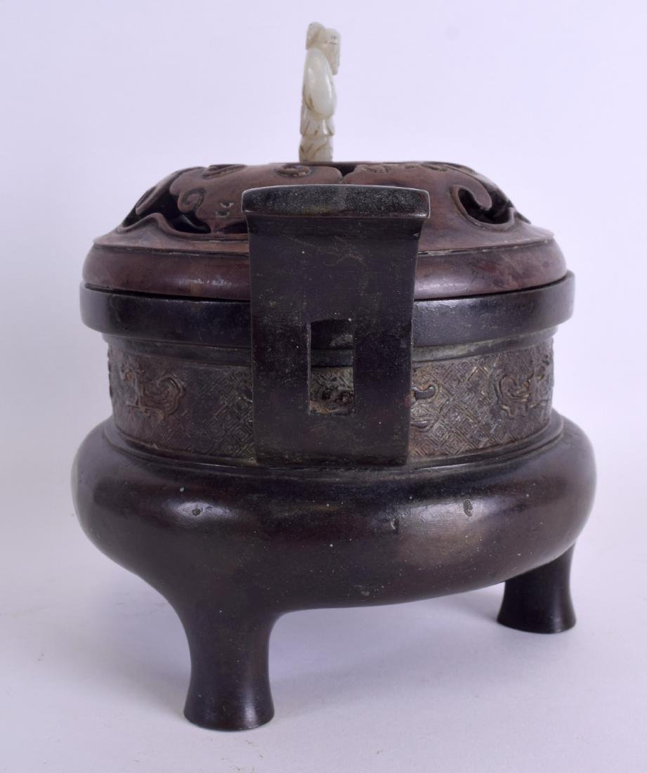 A 17TH/18TH CENTURY CHINESE TWIN HANDLED BRONZE CENSER - 4