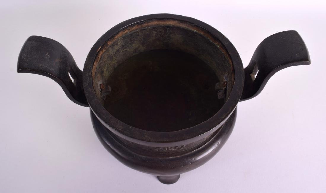 A 17TH/18TH CENTURY CHINESE TWIN HANDLED BRONZE CENSER - 6