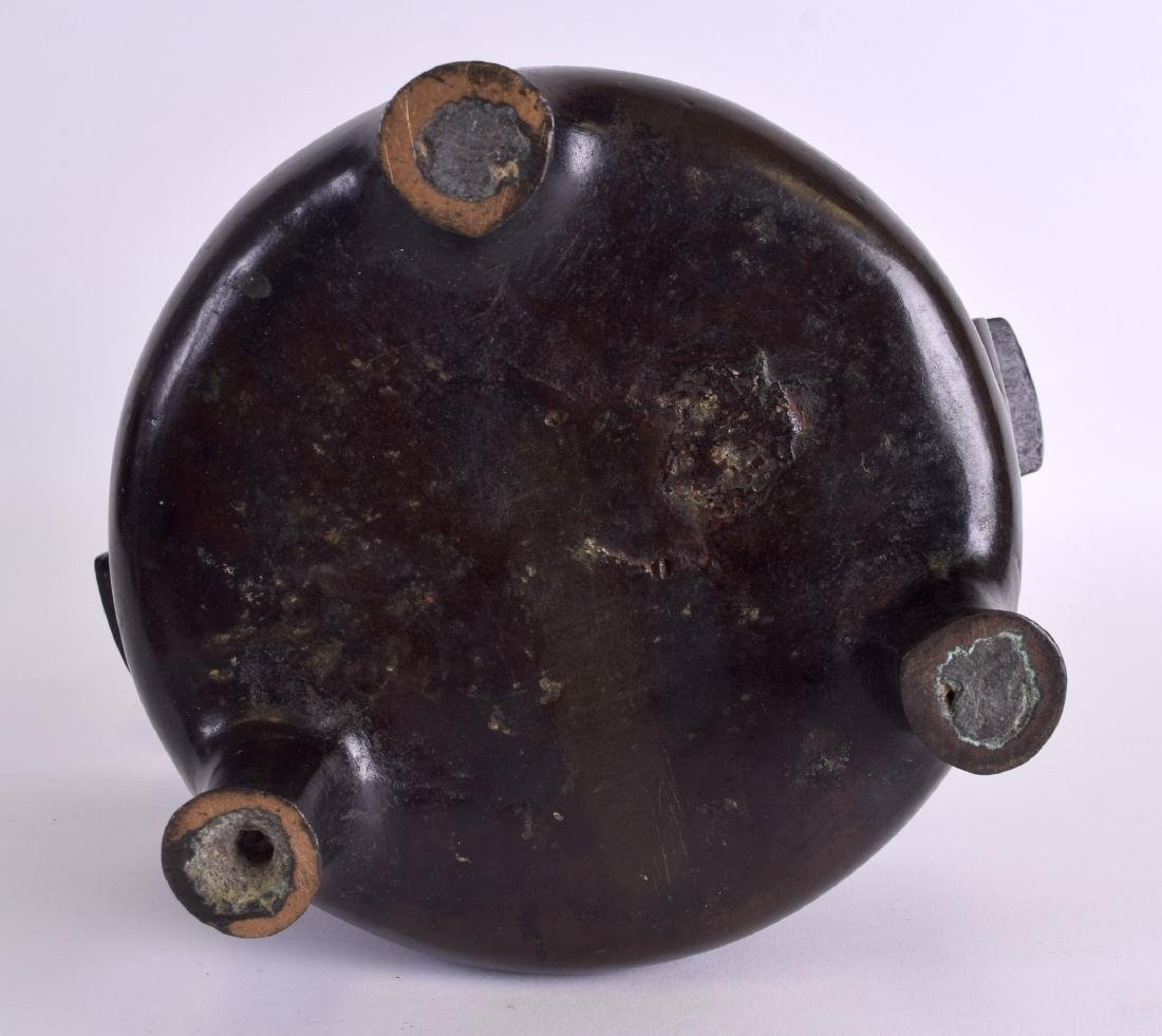 A 17TH/18TH CENTURY CHINESE TWIN HANDLED BRONZE CENSER - 7