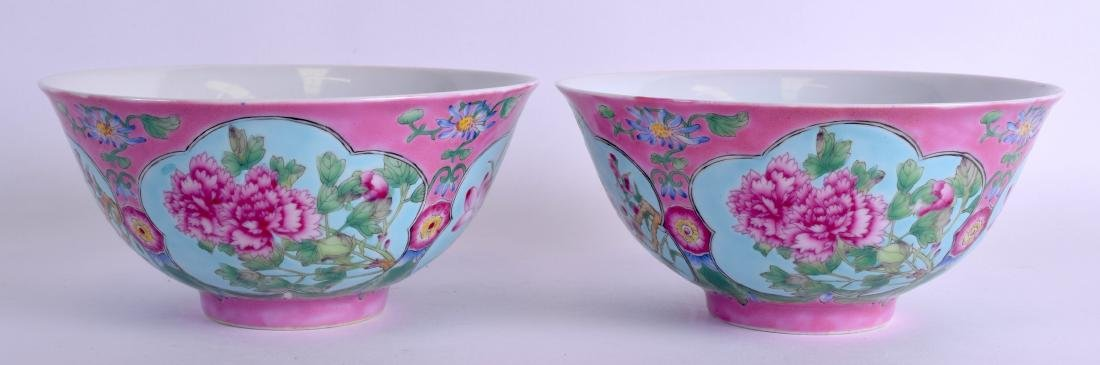 A PAIR OF CHINESE FAMILLE ROSE PORCELAIN BOWLS 20th