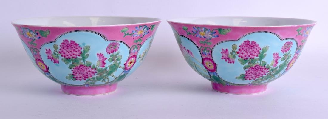 A PAIR OF CHINESE FAMILLE ROSE PORCELAIN BOWLS 20th - 2