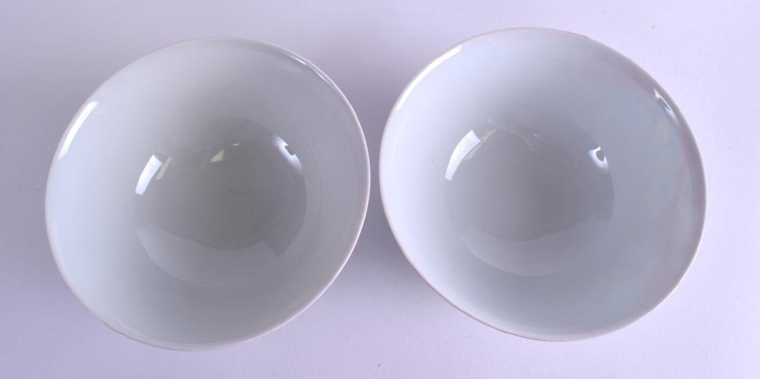 A PAIR OF CHINESE FAMILLE ROSE PORCELAIN BOWLS 20th - 3