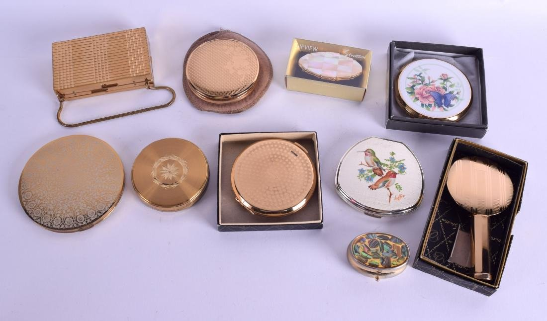 A COLLECTION OF COMPACTS. (qty)