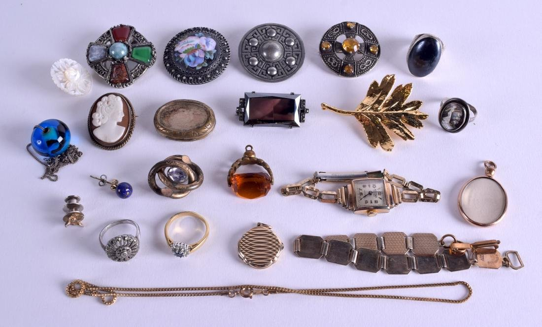 A COLLECTION OF VINTAGE BROOCHES together with rings, a
