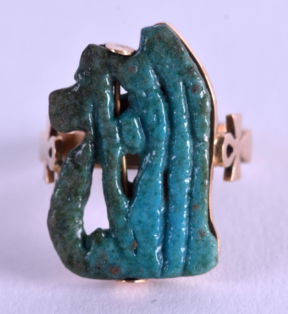 AN EARLY EGYPTIAN FAIENCE GOLD AMULET RING. Size L.
