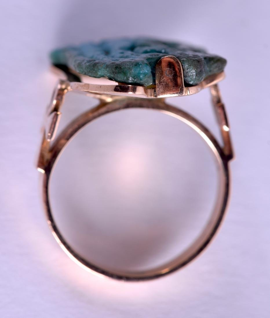 AN EARLY EGYPTIAN FAIENCE GOLD AMULET RING. Size L. - 2